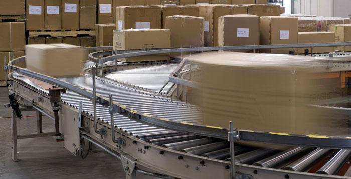 power conveyor system with cartons on a curve