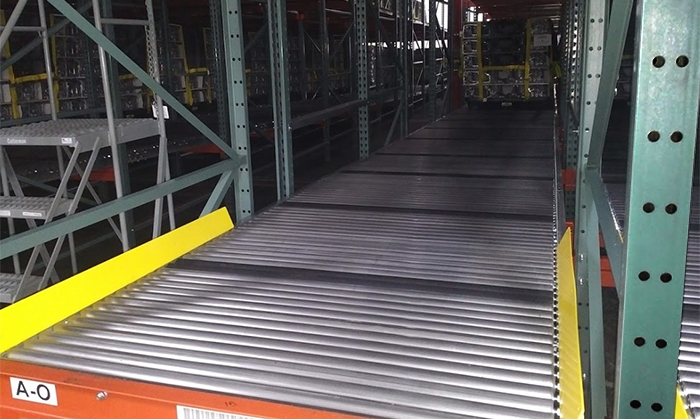Flow rack system with full-width rollers.
